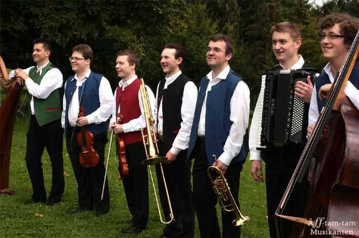 aeff-tam-tam.de Äff-tam-tam - Musikanten Sieben auf einen Streichsorgen mit ihrem Gebläse für die richtige Windrichtung